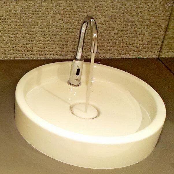 LOex iPuri S5 WT141 Cr in klassischem Chrom, eingesetzt in einem Waschraum mit Aufsatzwaschbecken